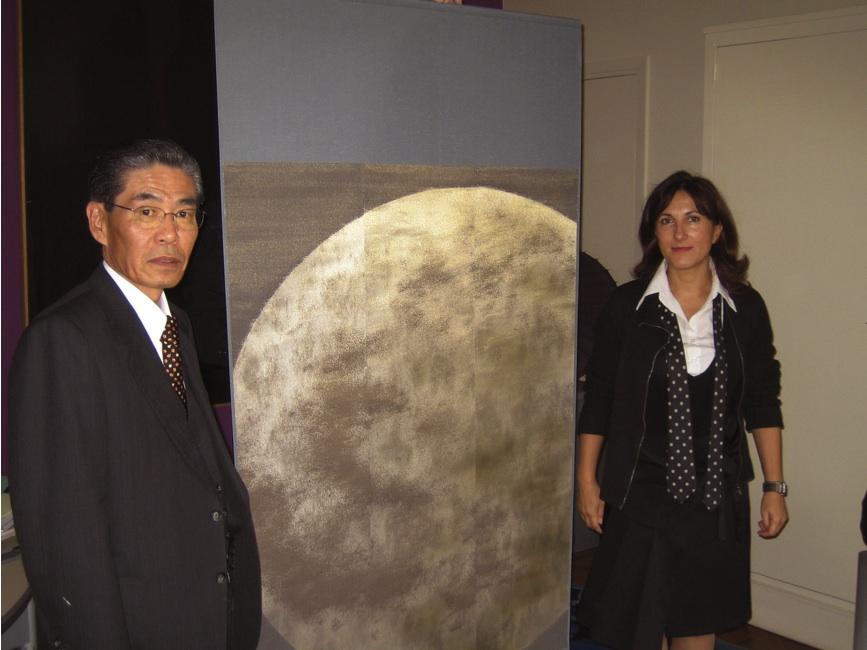 パリ市長に箔テキスタイル「月光」贈呈